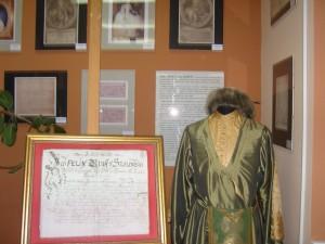Dokumenty rodowe i strój staropolski (eksponaty zgromadzone w Sali Patrona)